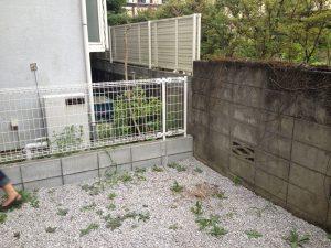 砂利と古いブロック塀でした