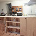 オープン棚と扉付の棚の二種類の棚で用途に分けて使えるようにしました